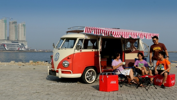 Beach picnic is another family quality time. Using a VW campervan enhances it & brings comfort. Location: Pantai Mutiara, Jakarta.