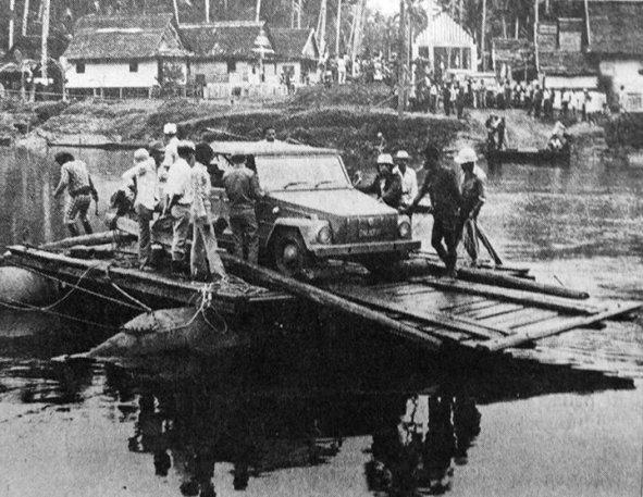 Safari sedang menyeberangi sebuah sungai antara Palu – Parigi di Sulawesi Tengah, sekitar April, sebelum PEMILU Mei 1977. Jarak antara Palu – Parigi yang hanya 84 km biasanya harus ditempuh dalam waktu 12 jam – jika pun kendaraannya selamat. Sebab jalur jalan yang dilalui tak lebih dari jalan setapak ditambah desakan arus sungai yang harus diseberangi langsung karena tanpa jembatan.